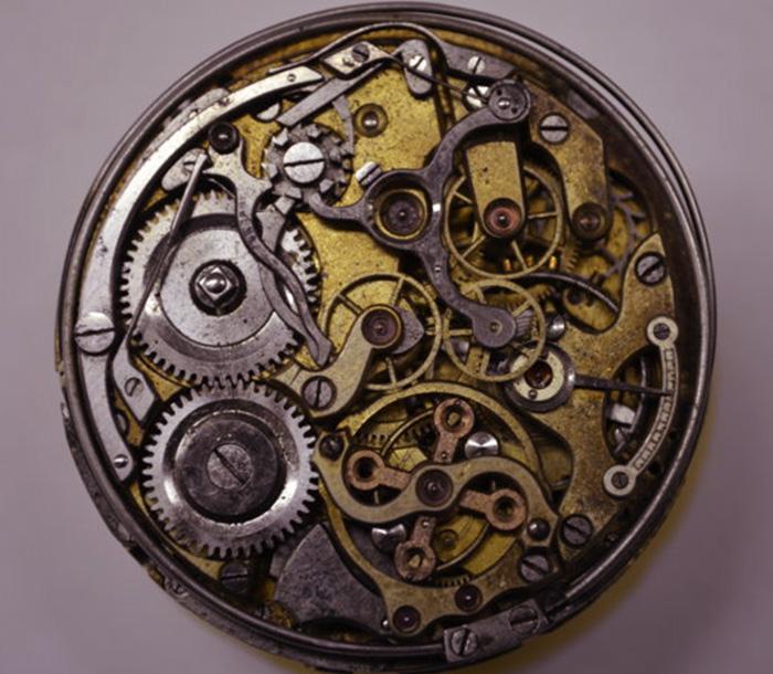 Vorher: vor der Restauration einer alten Taschenuhr in der Werkstatt von Juwelier Pfeffel
